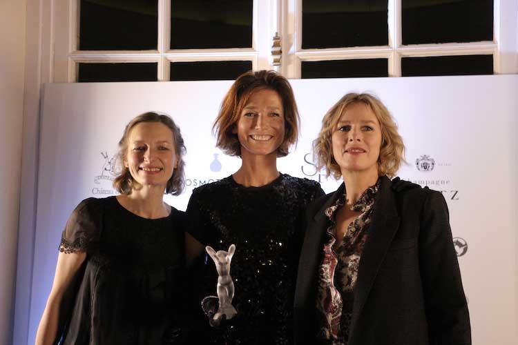 Emilie Coppermann (centre) reçoit le Prix François Coty des mains de Karin Viard (dr.) et Véronique Coty (g.)